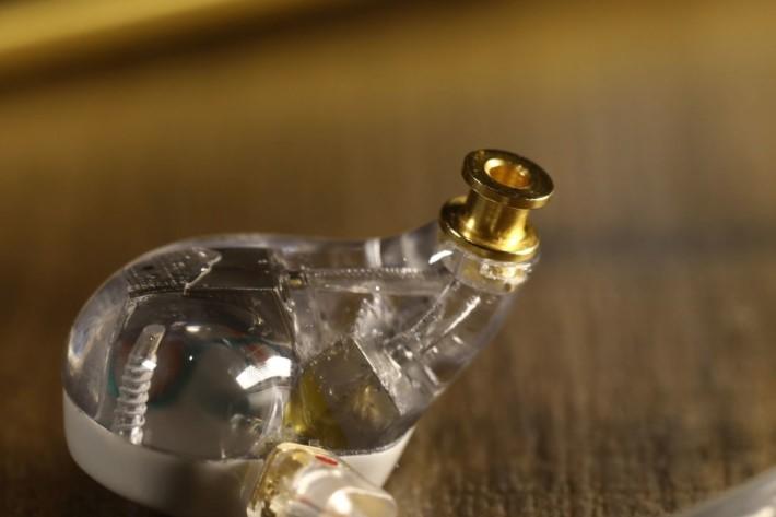 透明機身可讓用家看到耳機內部