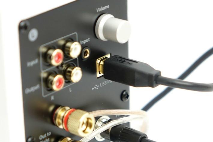 以 USB Type-B 作連接