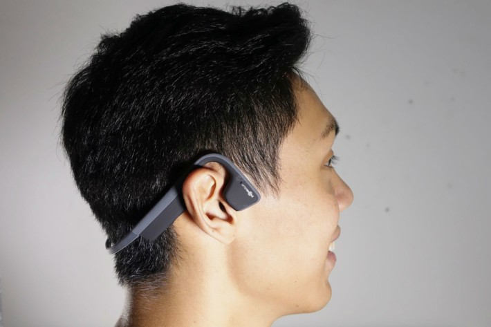不用戴入耳,而且音質以藍牙耳機來說相當不俗