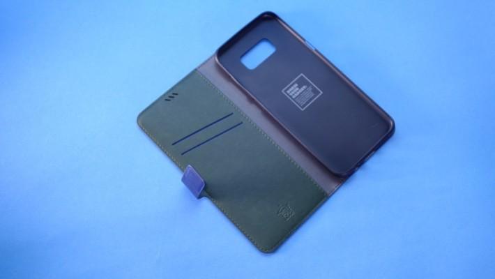 機套預留卡片槽可以放信用卡。