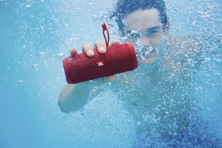 配備IPX 7 防水功能,即使落水濕住玩一樣不怕出事