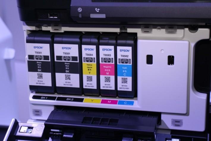 採用兩個黑色墨盒,可印 10 萬張紙。