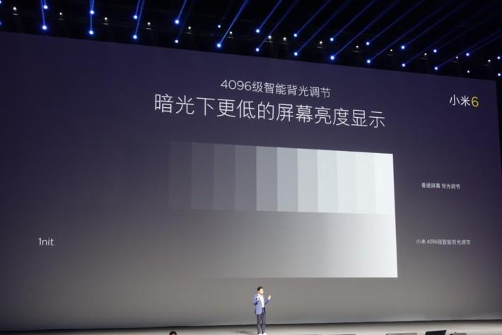在記者會中指出屏幕可以在更低的亮度下顯示。