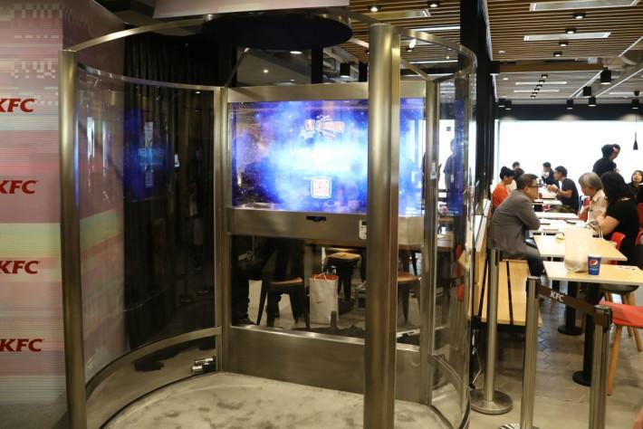 KFC 在金鐘海富中心分店設有快趣點餐機,透過體感及廣東話就可進行點餐。