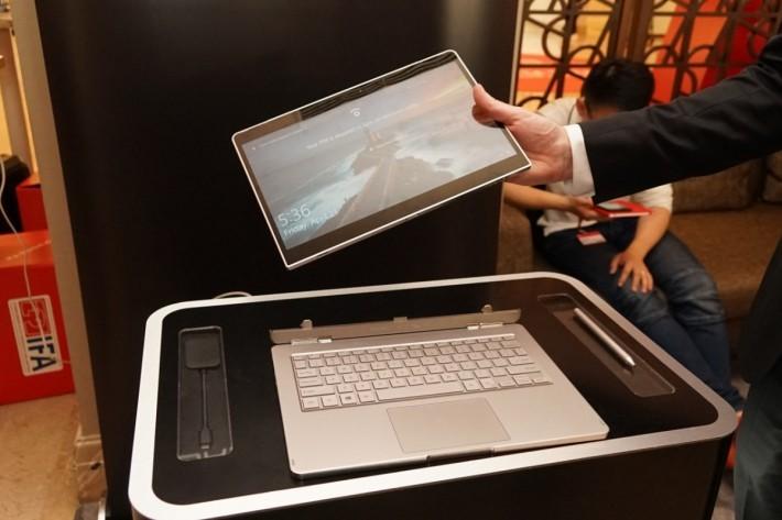 .在鍵盤側按下釋放鍵兩秒,平板就可提起。