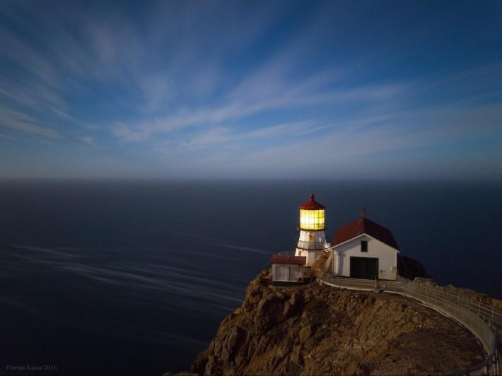 使用 Nexus 6P 在夜間拍攝的燈塔。