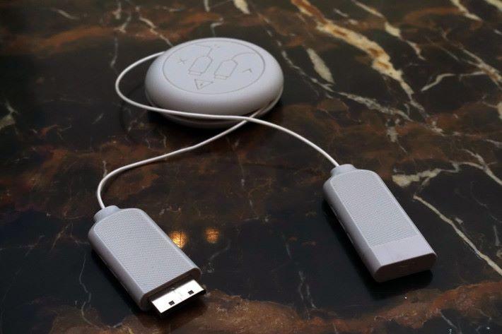 今次One Connect Box改用光纖線連接電視,大幅修身之餘,接線過長光纖線也可收納在線卷內。