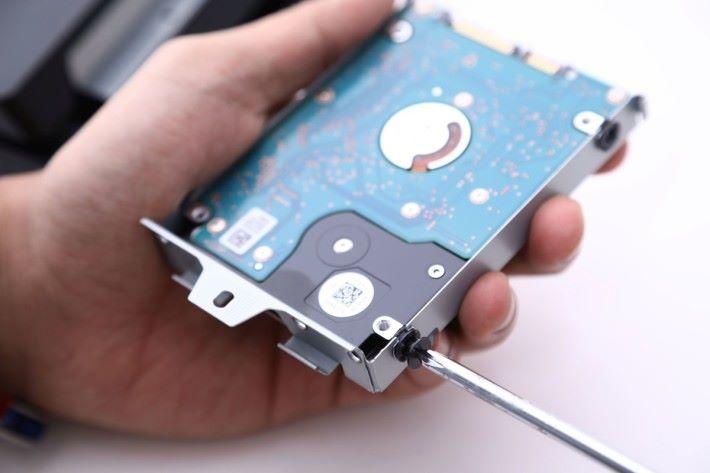 Step 2)小心把硬碟架拉出,並且把螺絲鬆開拆下原廠硬碟。