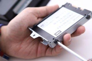 Step 3)然後,各位可將SSD安裝回硬碟架上,並把硬碟架插入至機身,鎖上螺絲後重新開機準備安裝系統。