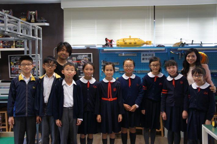 (後排右)佩瑤小學鍾美珍校長及(後左)鍾志民老師,與天文及創意機械人學會部分成員。