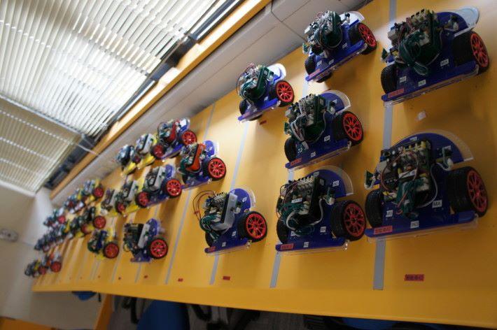 佩瑤小學的常規課程,學生均會組裝智能車。