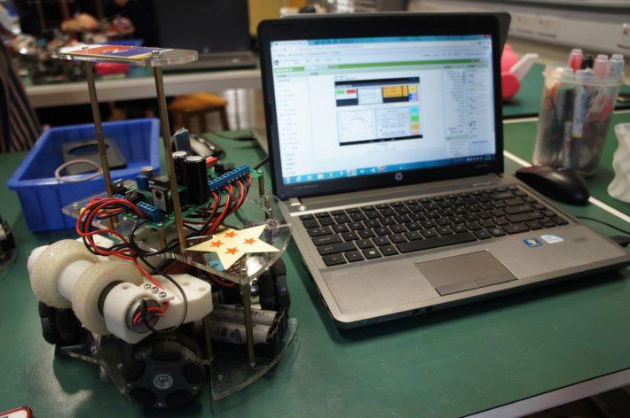 圖中的智能機械車和 Solid Works,是其中一位受訪學生的作品。