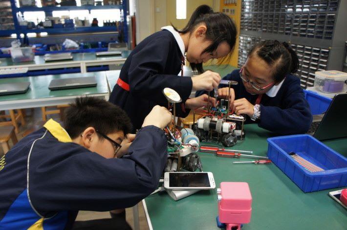天文及創意機械人學會的課程著重實作,學生需要親手設計及組裝智能車。
