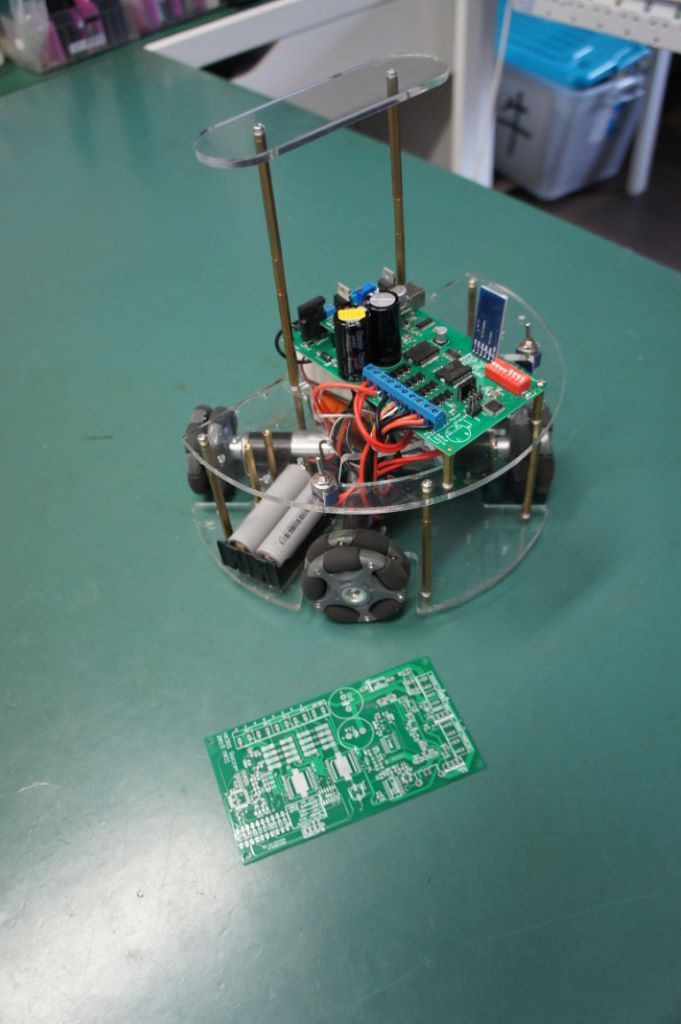 智能車上的電路版由小學生自行設計及製作。
