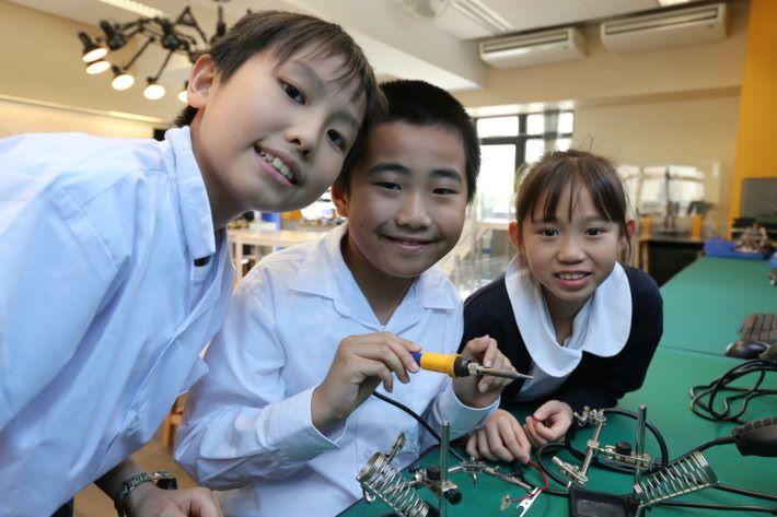 """天文及創意機械人學會成員於五年級時,會學習運用""""辣雞""""焊接。"""
