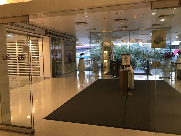 商場裡的玻璃自動門,頂部多設有紅外線感應器。