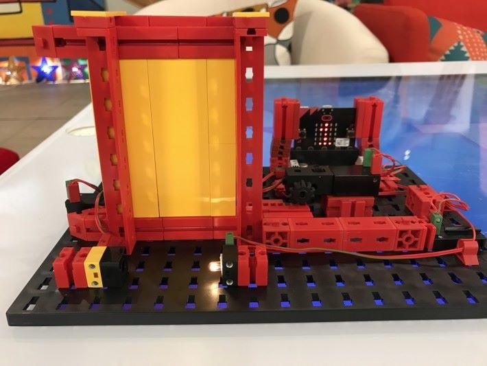 利用光感應器製作自動門模型, 當光線被遮,光感應器數據改變,就會傳送到控制器令自動門打開。