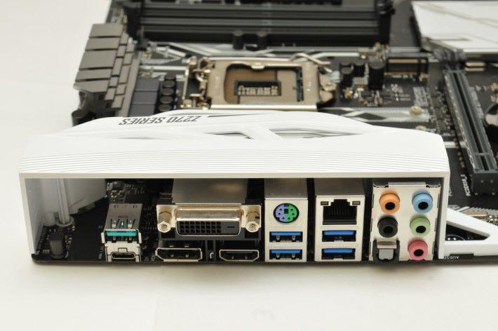 背板提供 USB 3.1 Type-C 介面。