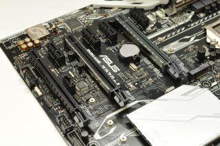 提供 3 條 PCI-E 3.0 x16 插槽,最多可支援 雙卡 NVIDIA SLI、三卡 AMD CrossFire。
