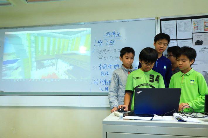 學生組隊各自介紹聖經故事並在堂上進行簡報。