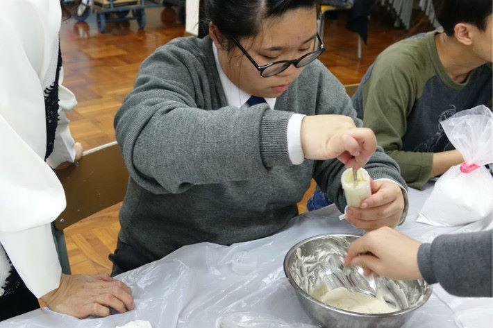 Step 2:上述步驟完成的物料放入筒內,並測試食材軟硬度。