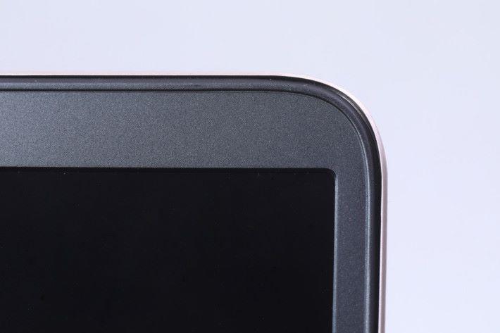 屏幕左右兩側邊框只有 6mm。