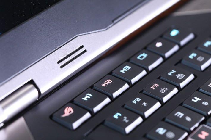 加入一整排 Macro Key 及快捷鍵,最左方可啟動 ROG Gaming Center 工具。