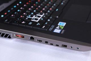 各式介面齊全,全機共有三組USB大頭及兩組USB Type-C;