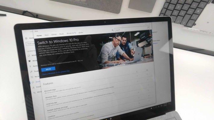 容許用戶升級至 Windows 10 Pro,收費 49 美元。但 Surface Laptop 用戶在年底前都可以免費升級。