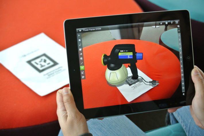 早期的 AR 是要使用有特別圖案的標籤,將虛擬元素定位到實景視點的。而隨著圖像辨識技術的進步,近年的 AR 已經可以使用任何已事先登錄的圖像來定位。及至 Google Tango 推出之後,更可以使用具有空間感測能力的手機來定位。