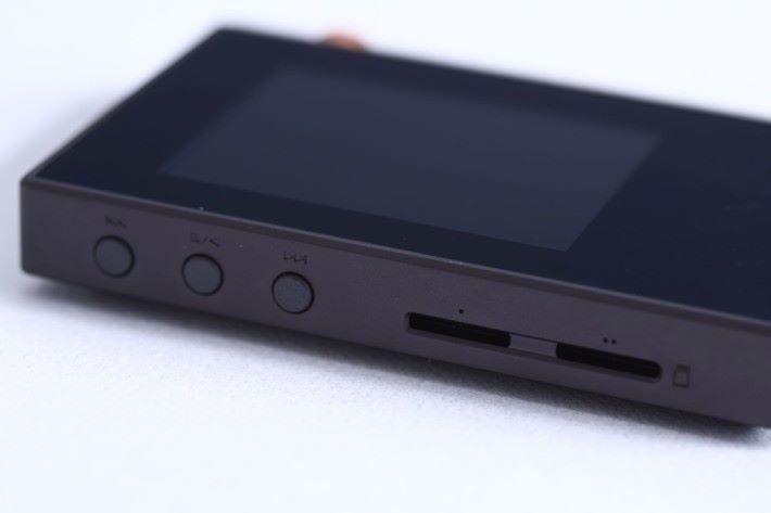 可插上兩張,每邊最多200 GB 的microSD