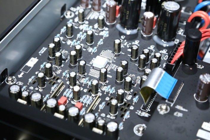 .中間白色為ES9038 PRO 解碼晶片,兩聲道底板和7.1聲道底板各有一顆。