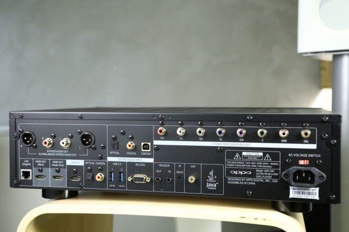 .UDP-205 機背,輸出/輸入端子極多,結合藍光和 DAC 玩法。