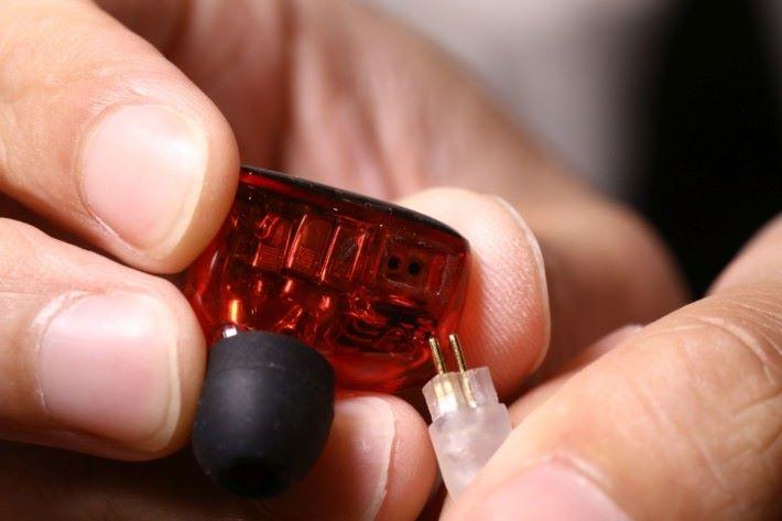 W900 以雙針頭換線設計