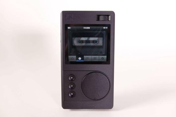 外型以至顯示屏都按卡式帶播放器設計