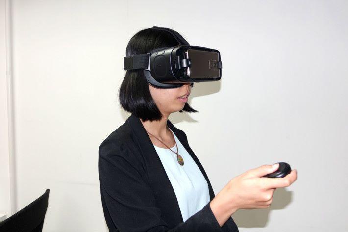 手機 VR 跟 PC VR 相比,就是有輕巧易入門的優勢,沒有一堆電線礙手礙腳。