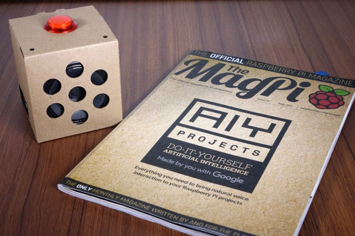 The MagPi 57 期附送的 AIY Projects Voice Kit,完成後的紙箱造型很可愛。