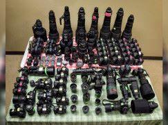 一個專業攝影師 影賽馬要帶近 50 部單反