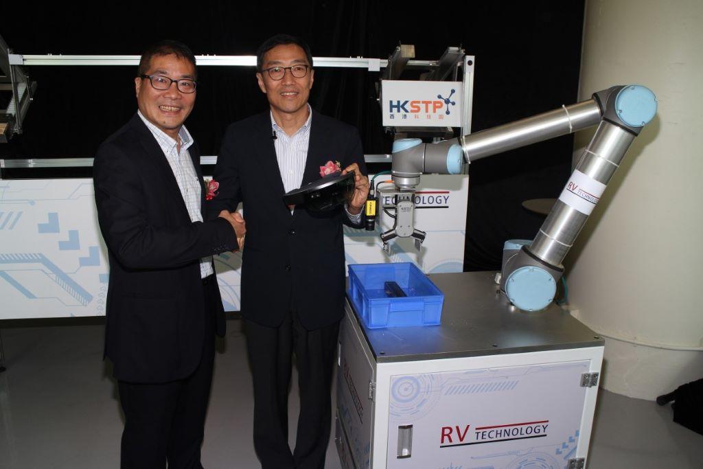 周定漢(左)和黃克強指出,智能倉庫方案示範工業 4.0,冀經過今月的方案示範,吸引大中華區內的客戶。