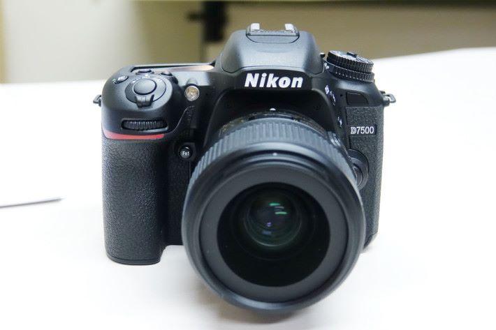 D7500 的外型雖與前代 D7200 非常相似,但卻用上 D500 使用的 2,090 萬像素 APS-C CMOS 感光元件。