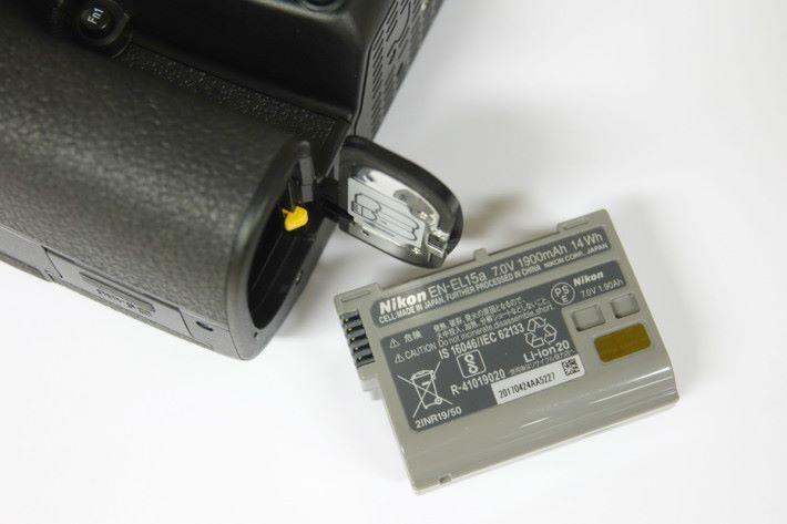 這顆新電池 EN-EL 15a 的 CIPA 標準耗電量達 950 張相片。