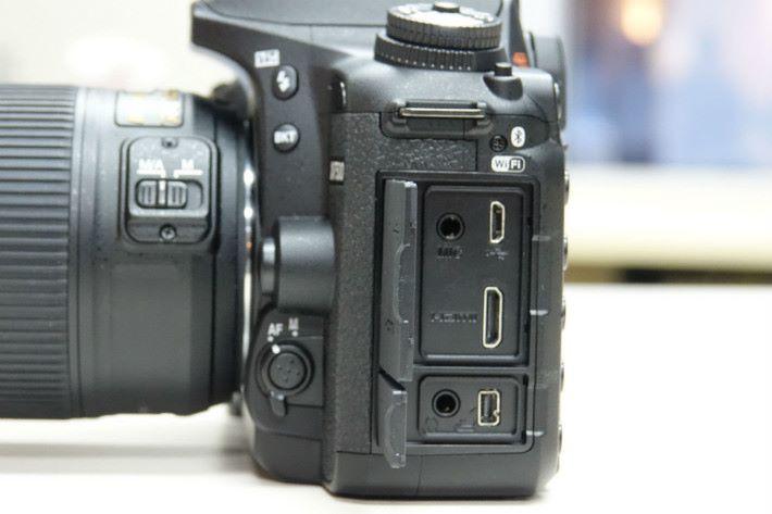 機側與前代同樣設有 3.5mm Mic-in、mini HDMI 、3.5mm 耳機接口及遙控器接口,標誌上新增了藍牙設定。