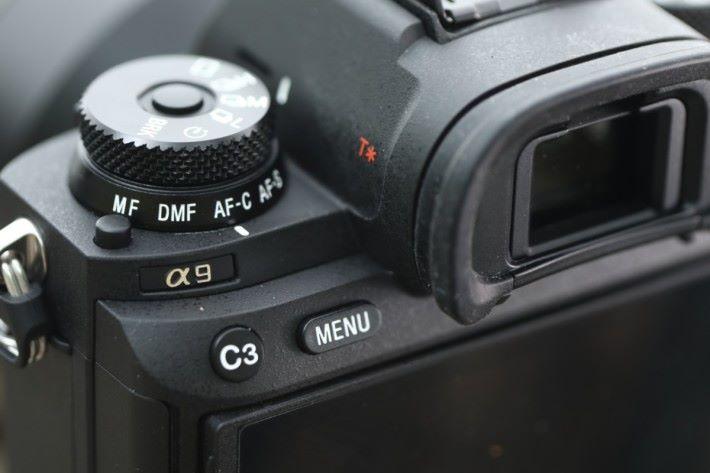 .A9 新增的設定旋鈕,可快速轉換拍攝模式和對焦模式。