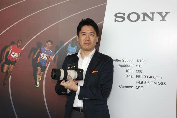 Sony 數碼影像本部高級總經理田中健二拿起配上 100-400mm 的 A9。