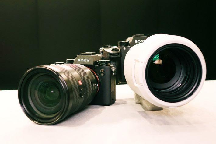 配上遠攝鏡後,整個 A9 機身顯得細小。