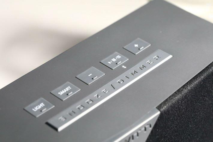 用家可利用機頂的按鈕作音量調校、LED 燈色彩及智能功能等設定。
