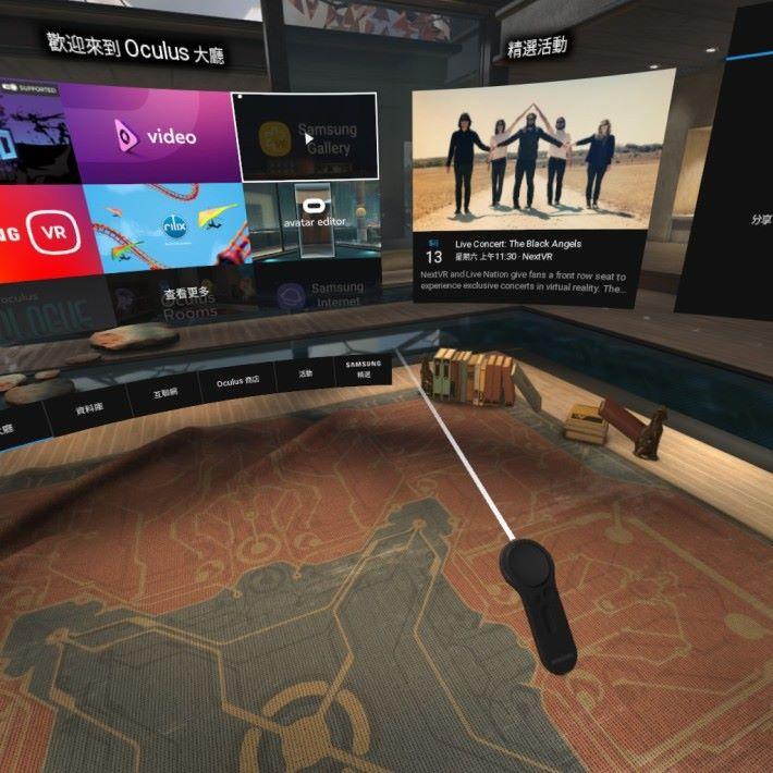 接通動態控制器後,在 VR 空間會有一支光線從控制器射出,方便大家指定控制的目標,比起過往要「頭擰擰」來選擇好得多。