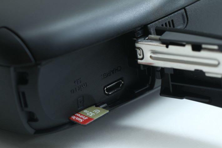 機側提供 microSD 及 microSDHC 記憶卡槽。