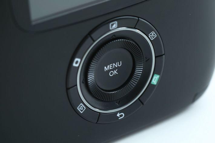 機背的圓形設計按鈕更有轉盤設計,切換濾鏡更快捷。