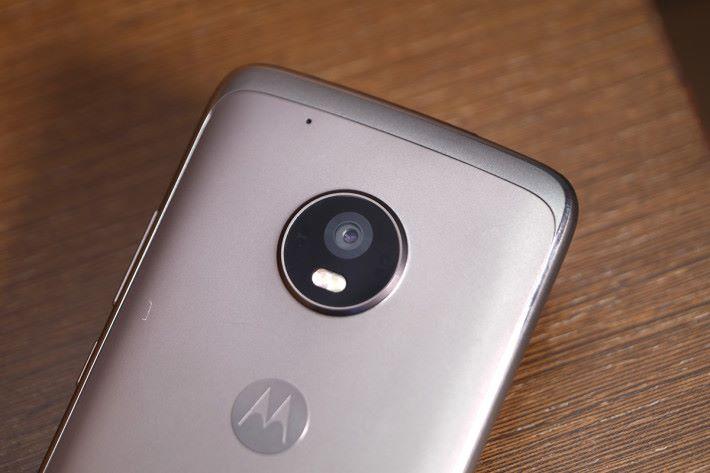 植入 f/1.7 光圈的 12MP 雙像素主相機,對焦速度更快,加上大光圈進光量更多,在較暗的環境下都可拍攝出清晰高質相片。